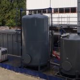 Bac de rétention installé en extérieur. Stockage occasionnel de cuves et plusieurs IBC