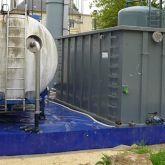 Bac de rétention souple amovible avec équerres en aluminium pour matériel de dépollution sur chantier