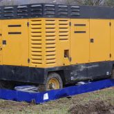 BRSO 2500 SM1 - Bac de rétention souple amovible et pliable de 2500 L, utilisé sur chantier pour stockage d'un compresseur