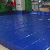 Fabrication sur mesure d'un bac de rétention avec équerres, adapté aux dimensions de l'atelier de production