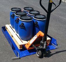 Bac de rétention souple pliable avec équerres en aluminium. Capacité de 210 L pour le stockage de fûts